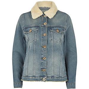 Mittelblaue Jeansjacke mit Lammfellbesatz