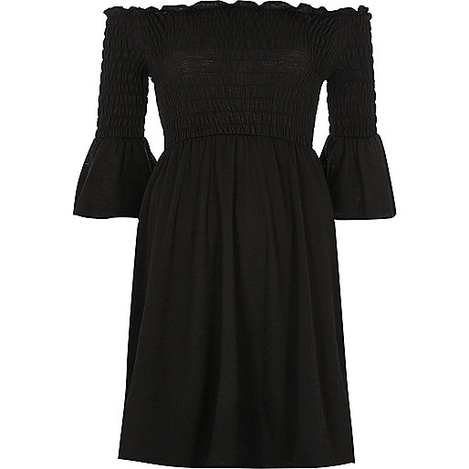 Robe Bardot noire plissée à manches évasées