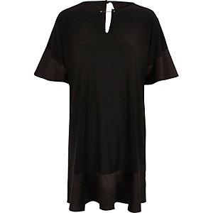 Schwarzes Smock-Kleid aus Satin mit Rüschensaum