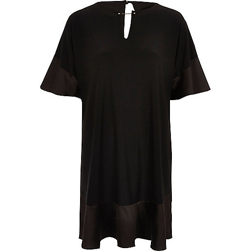 Robe noire bordée de satin à smocks et volants