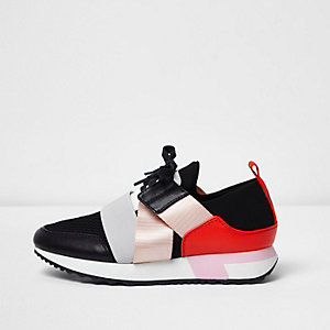 Red elastic runner trainers