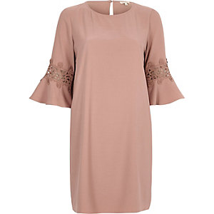 Rosa Swing-Kleid aus Spitze mit Zierausschnitt