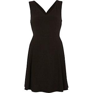 Schwarzes Skater-Kleid mit überkreuzten Rückenträgern