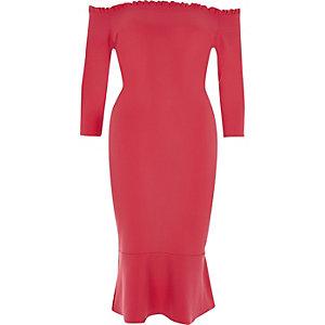 Pinkes Bodycon-Kleid mit Rüschen und Schulterausschnitten
