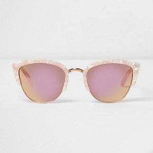 Roze zonnebril met half gemarmerd montuur en spiegelglazen