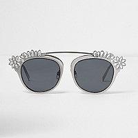 Zilverkleurige verfraaide zonnebril met getinte glazen