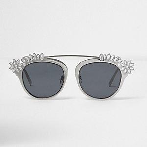 Silberne, verzierte Sonnenbrille mit getönten Gläsern
