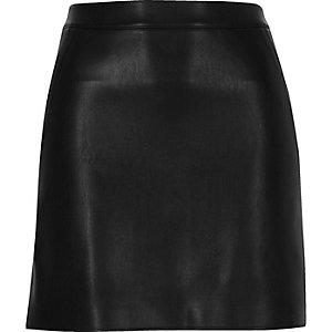 Mini-jupe en cuir synthétique noire