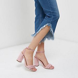 Sandales roses à lanières, volants et talons carrés