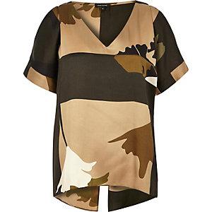 Braunes, schulterfreies T-Shirt mit Camouflage-Muster