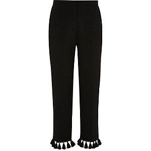 Zwarte smaltoelopende cropped broek met kwastjes