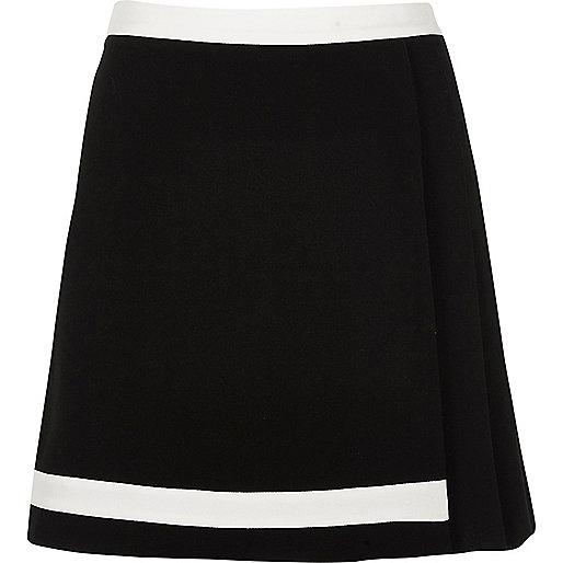 Mini-jupe plissée noire avec bordure blanche