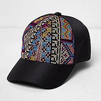 Schwarze, verzierte Kappe mit Aztekenmuster