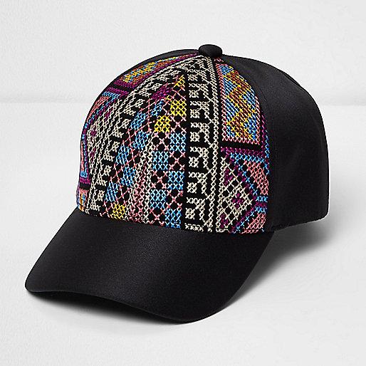 Casquette noire brodée à motifs aztèques
