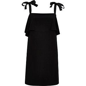 Schwarzes Kleid mit Bindeband