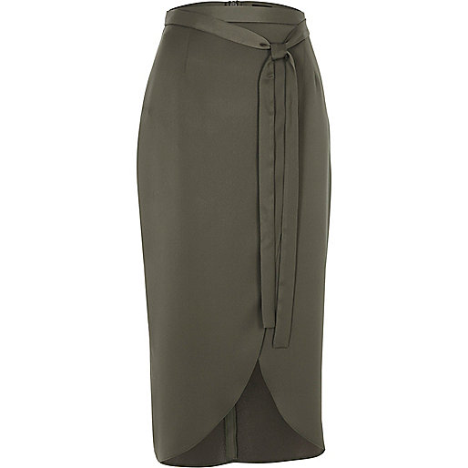 Jupe mi-longue portefeuille en satin vert kaki