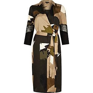 Beiges Wickelkleid mit Camouflage-Muster