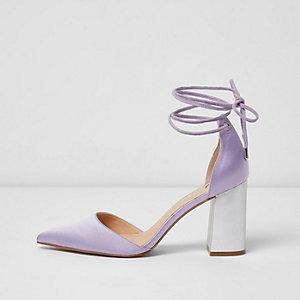 Sandales en satin violet à liens et talons carrés