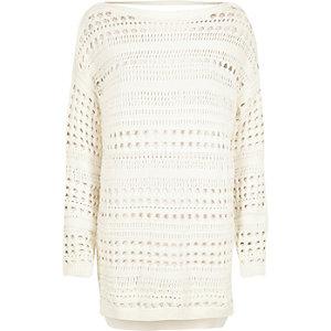 Weißer Pullover mit sichtbaren Nähten
