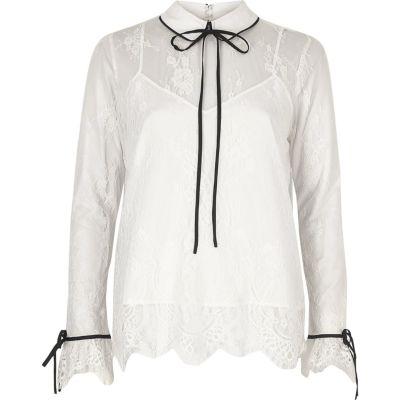 Witte kanten blouse met ruches en strikkraag
