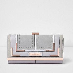 Grijze portemonnee met roségoudkleurige druksluiting