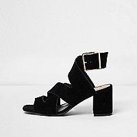 Zwarte sandalen met blokhak, brede pasvorm en kruislingse banden