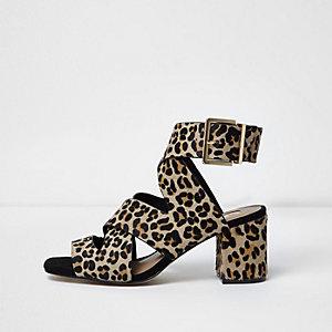 Sandales coupe large imprimé léopard à brides croisées et talon carré