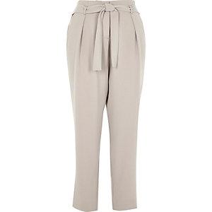 Pantalon gris doux fuselé avec cordon à la taille