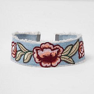 Ras-de-cou en jean bleu brodé motif rose