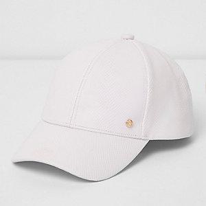 Weiße Baseball-Kappe mit Verzierung