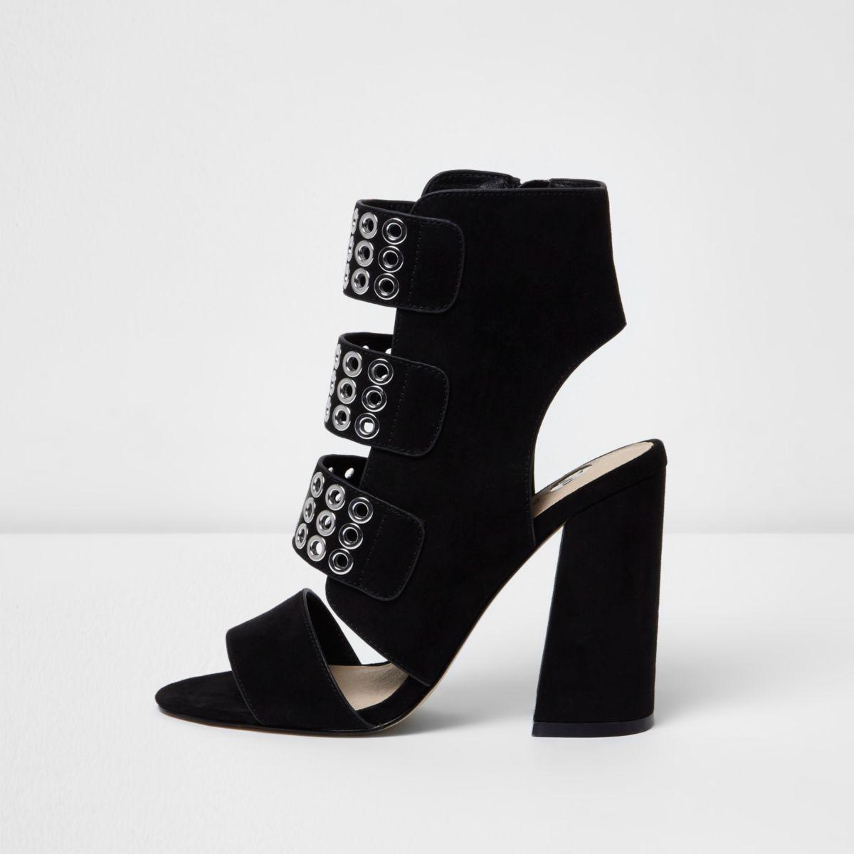 Sandales à brides noires avec œillets et talons carrés