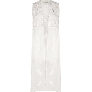 Witte mouwloze kimono met geborduurd kant