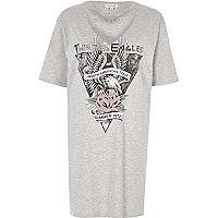 T-shirt gris oversize à imprimé rock avec détail ras-de-cou et boucle