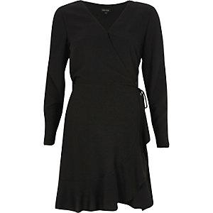 Schwarzes Wickelkleid mit Schulterausschnitten