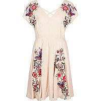 Lichtroze geborduurde jurk met bloemenprint
