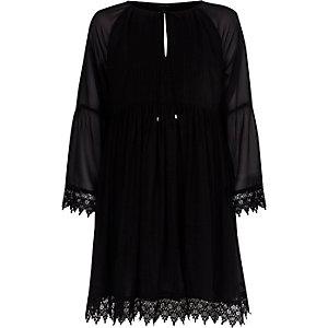 Schwarzes Kleid mit Kimonoärmeln