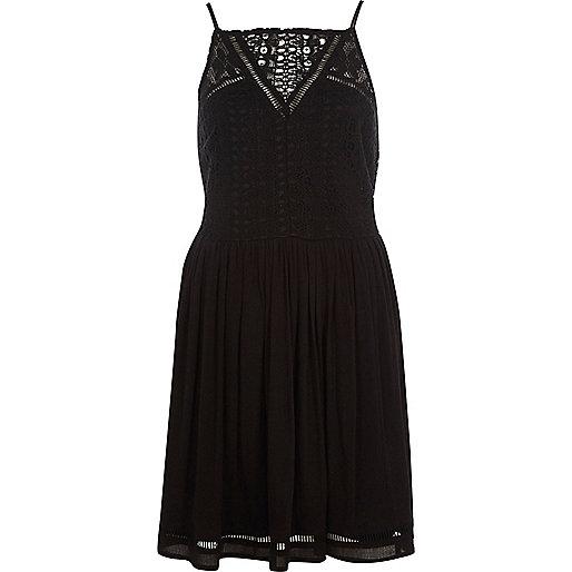 Robe noire à fines bretelles avec empiècements au crochet