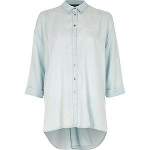 Blaues, langärmeliges Hemd mit verdrehter Rückseite
