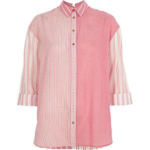 Chemise rayée rose nouée dans le dos