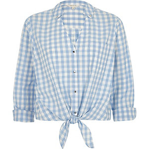 Chemise courte vichy bleue nouée sur le devant