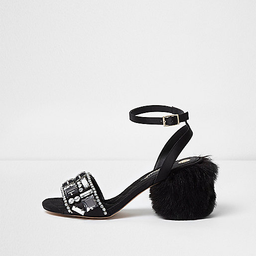 Sandales en fausse fourrure noires ornées à talons carrés