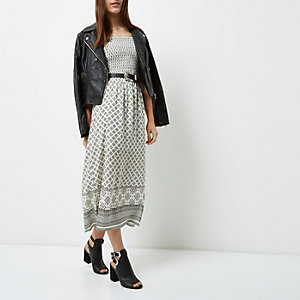RI Petite - Witte gesmokte maxi-jurk in bardotstijl met tegelprint