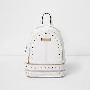 Weißer, nietenverzierter Rucksack