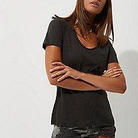 T-shirt noir délavé à col V