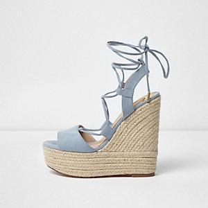 Chaussures bleu clair à plateforme style espadrilles et talons compensés avec liens