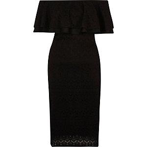 Robe Bardot en dentelle noire à volants