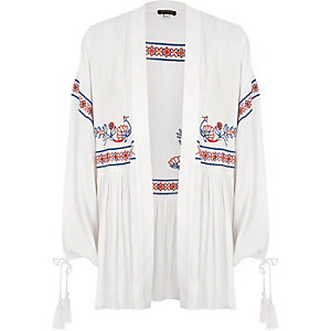 Weißer Kimono mit Stickerei