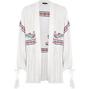 Witte geborduurde kimono met kwastjes aan de manchetten