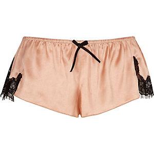 Roze satijnen pyjamashort met kant