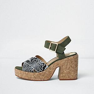 Kaki sandalen met bandjes met slangeneffect en kurken blokhak